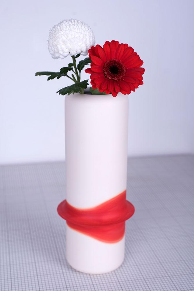 vase façonné par moulage et réalisé en faïence puis coloré par capillarité, fait à la main en France par le designer Thomas Dellys